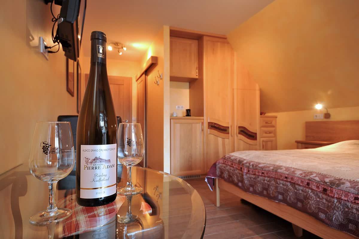 bouteille de vin du domaine Pierre Adam dans une chambre d'hôte