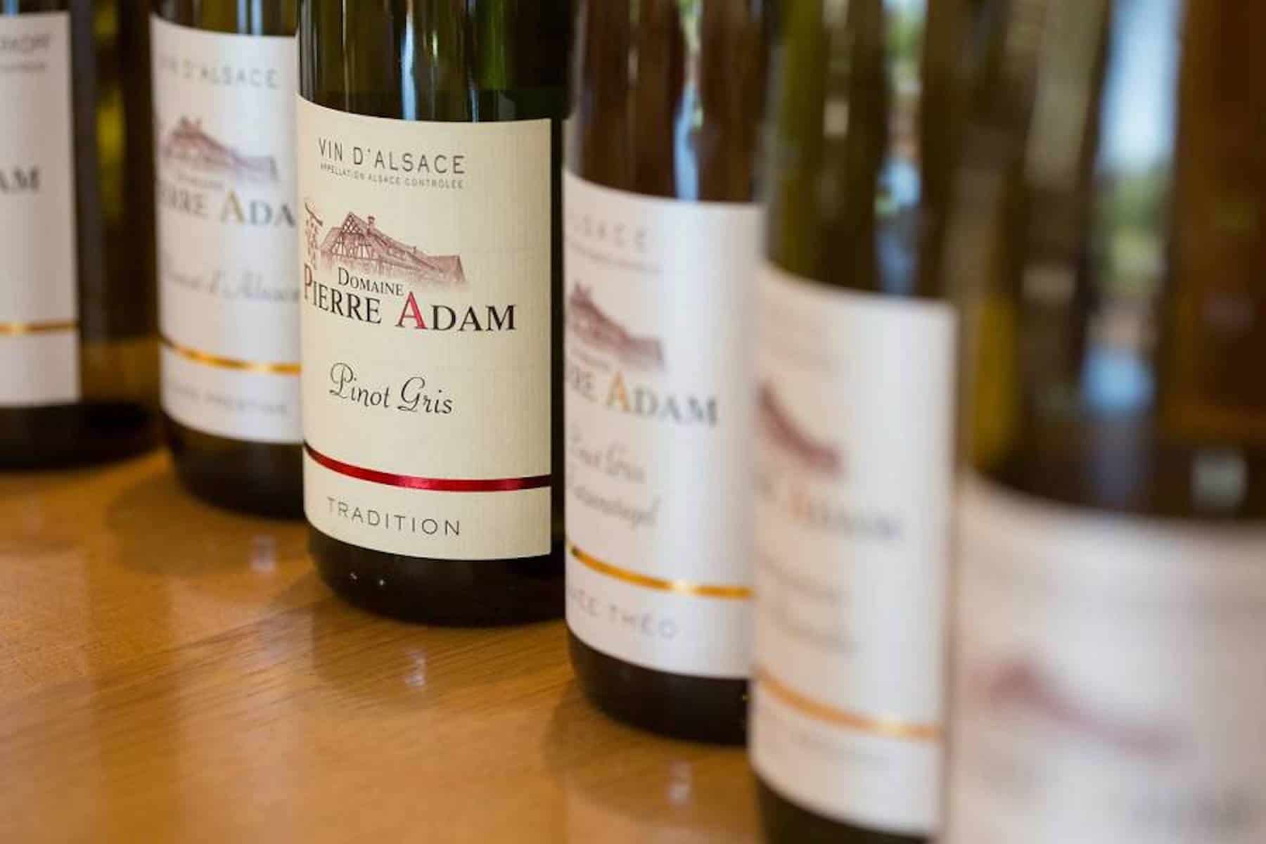 rangée de bouteilles de vin d'Alsace du domaine Pierre Adam