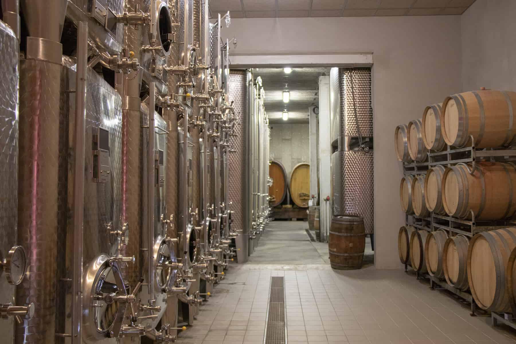 rangée de cuves en inox d'un viticulteur alsacien