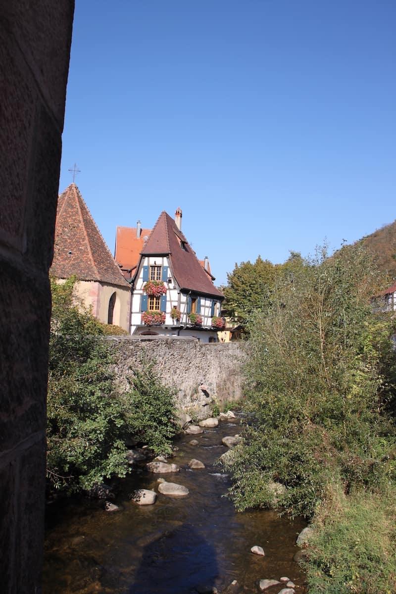 Vue avec soleil dans le village de Kaysersberg