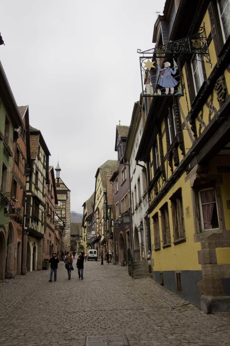 Ruelle colorée d'un village alsacien