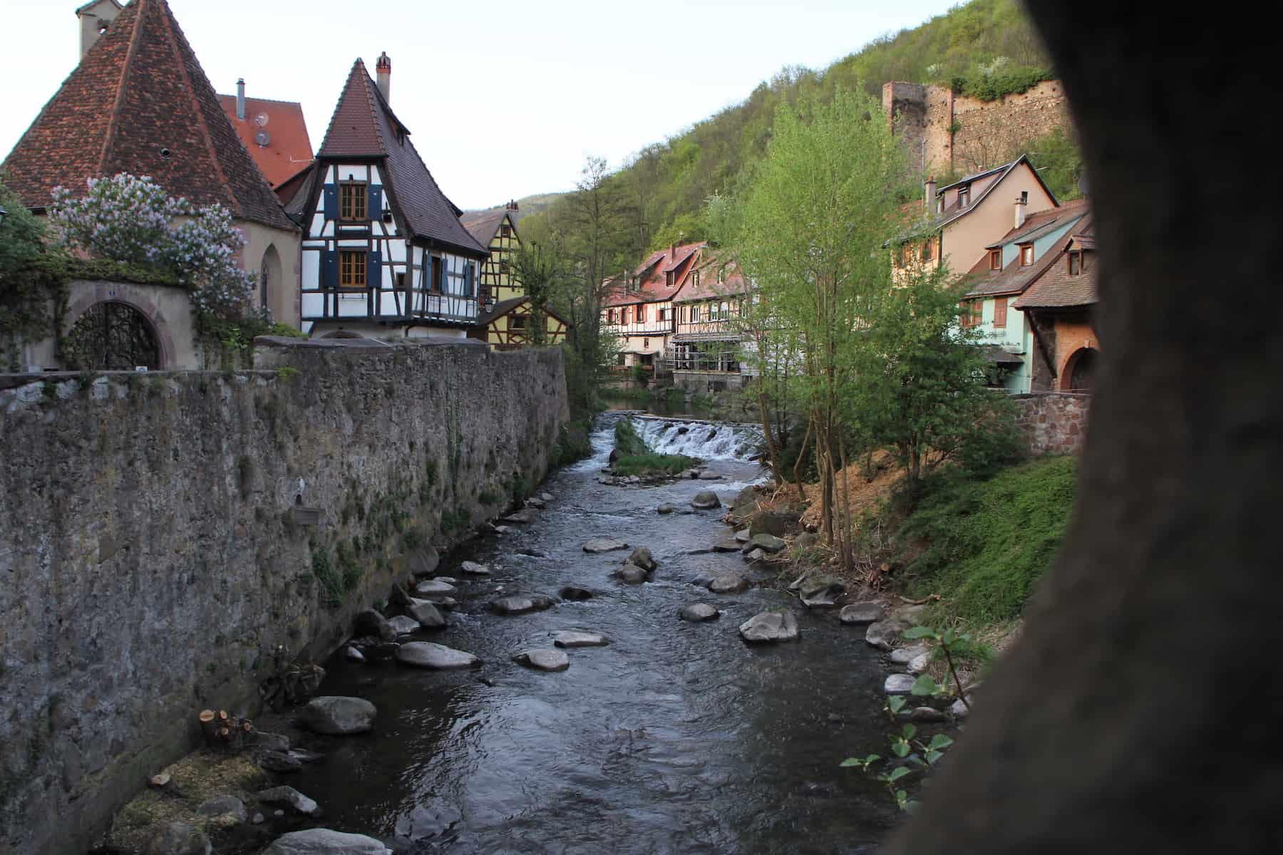 Rivière à Kaysersberg avec pierres et maisons alsaciennes