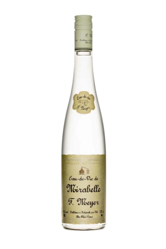 bouteille d'eau de vie de mirabelle